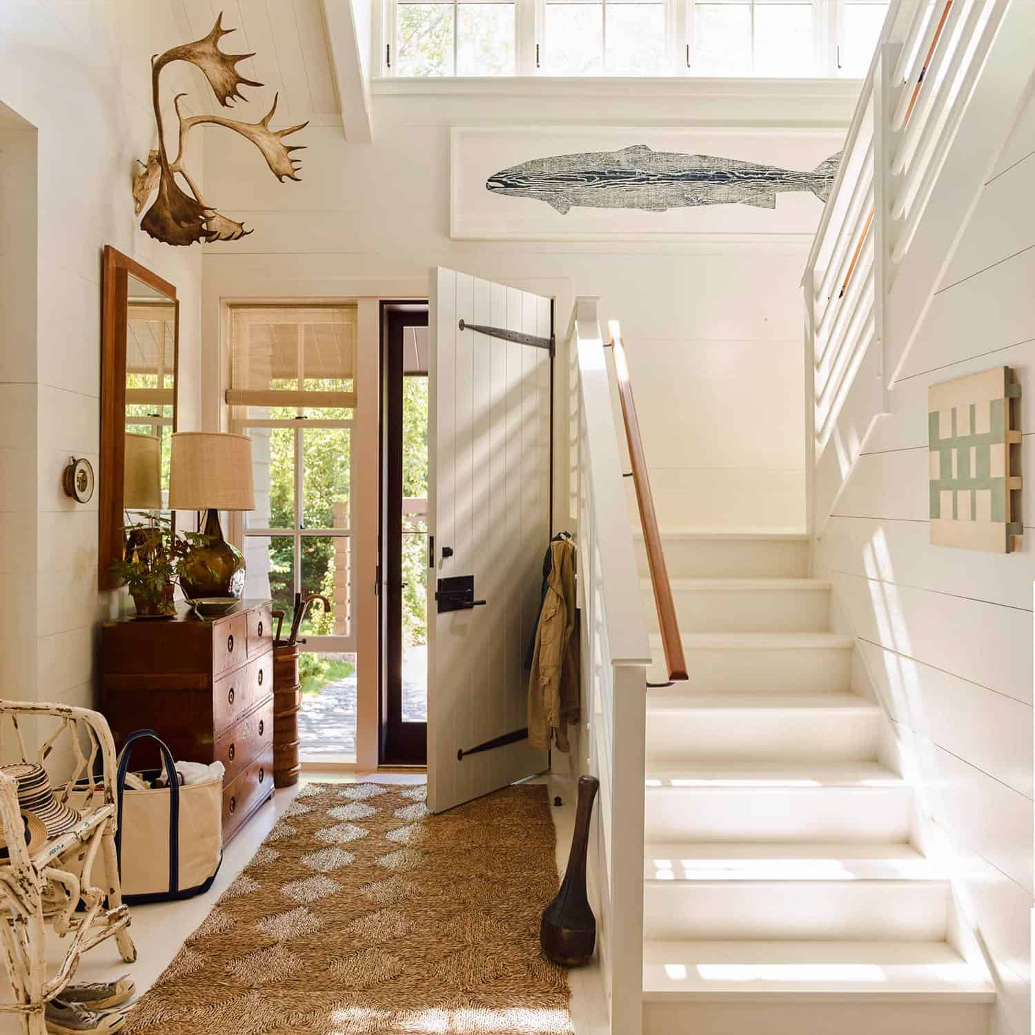 modern-seaside-home-entry-staircase
