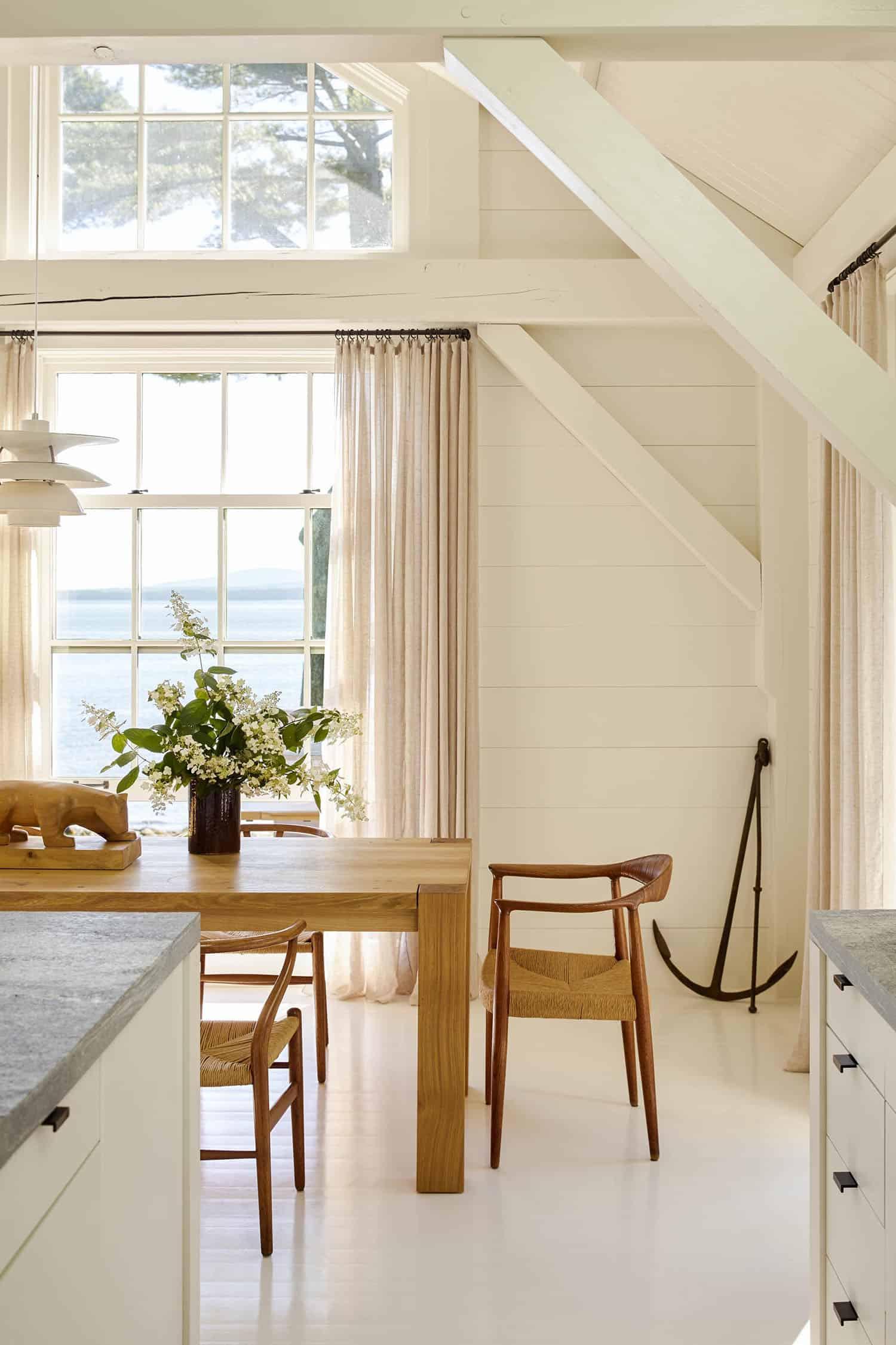 modern-seaside-home-dining-room
