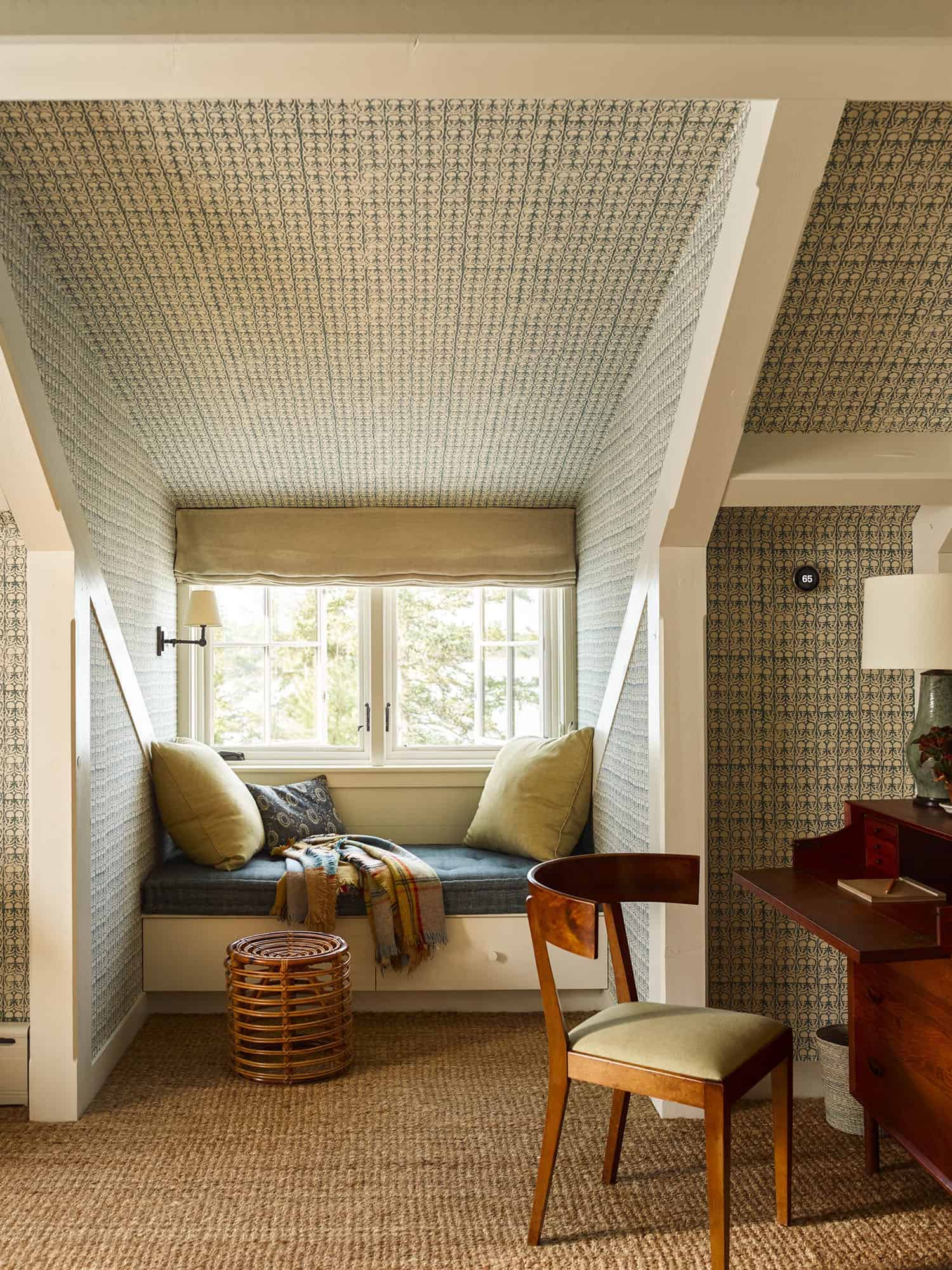modern-beach-house-guest-bedroom-window-seat