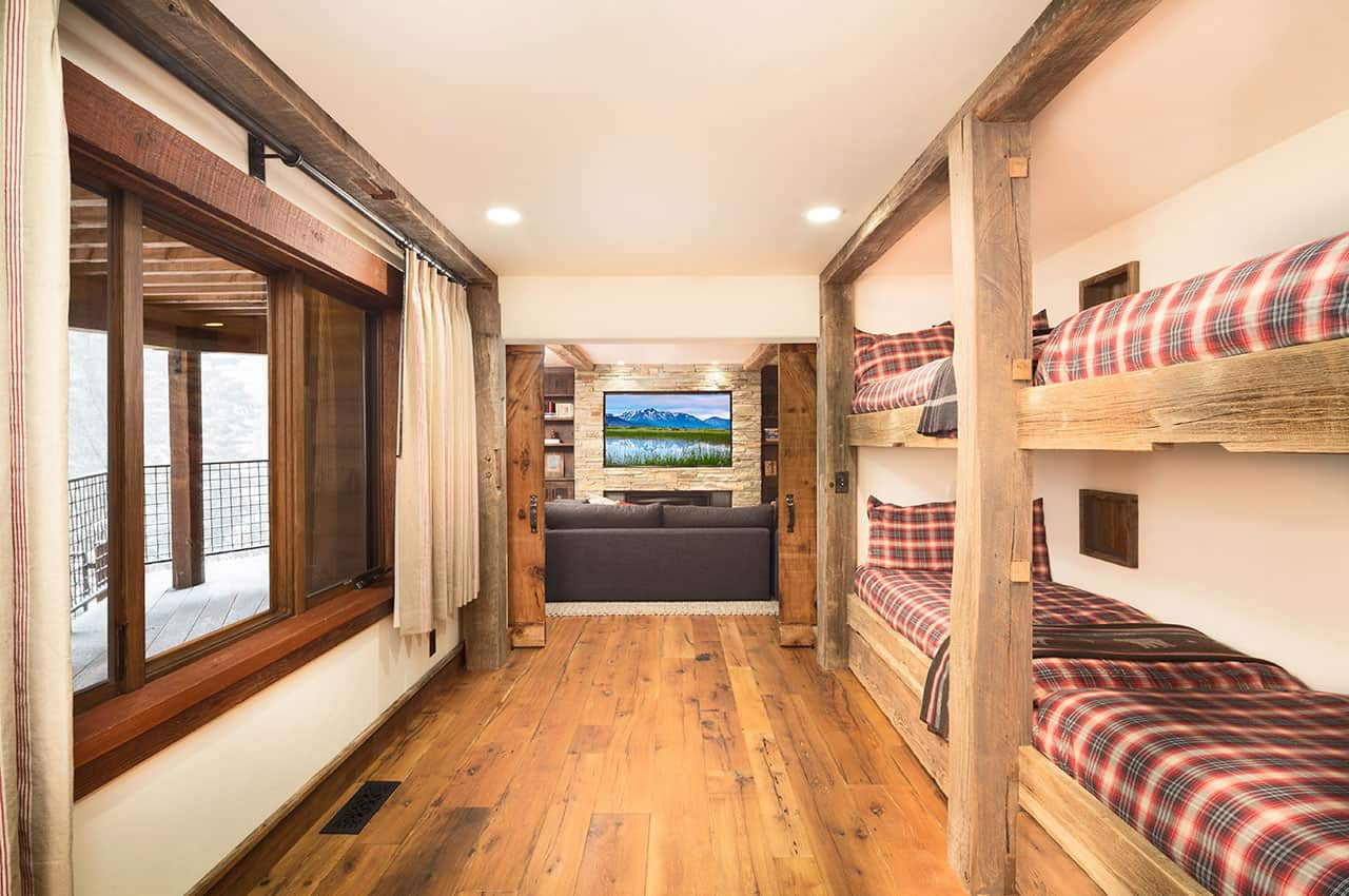 mountain-rustic-family-lodge-bunk-bedroom