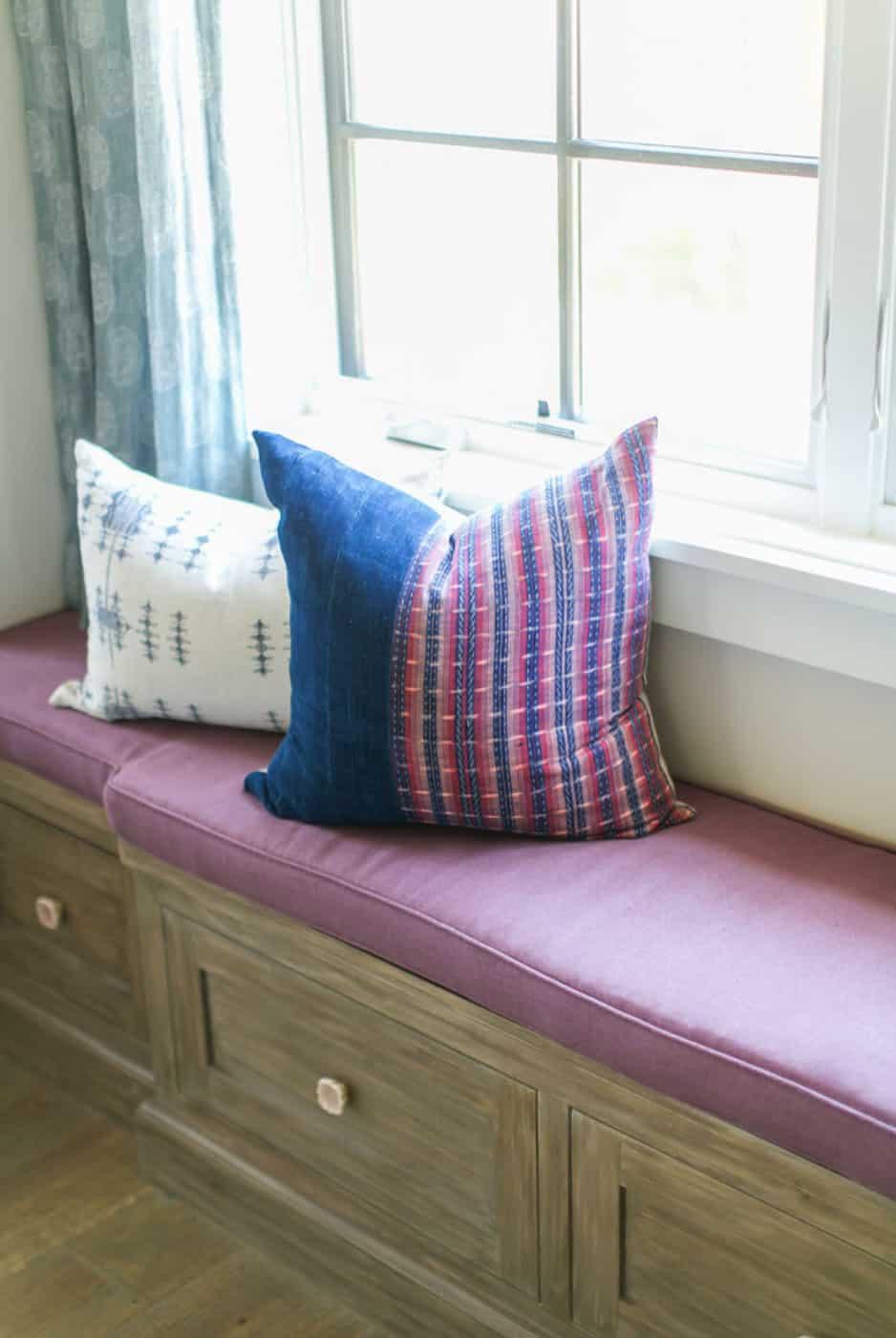 tropical-beach-style-bedroom-window-seat