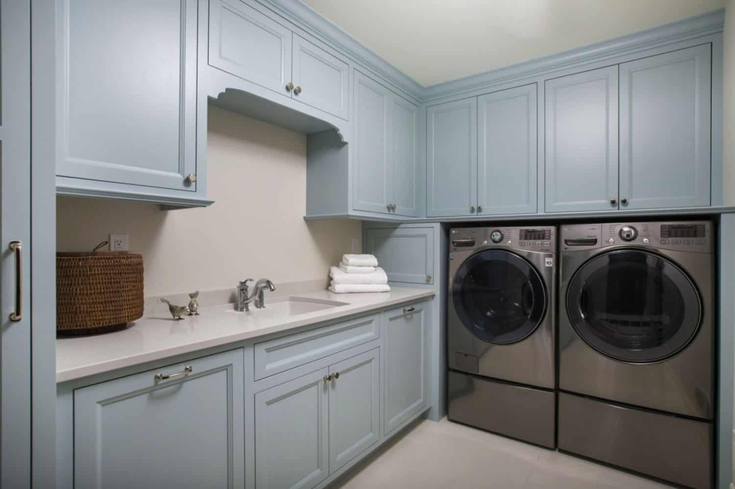 cottage-beach-style-laundry-room
