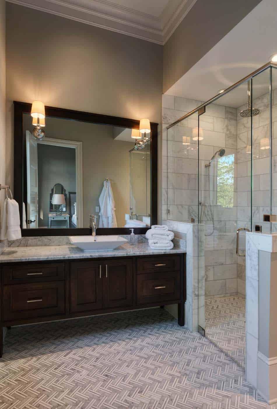 traditional-style-lake-house-bathroom