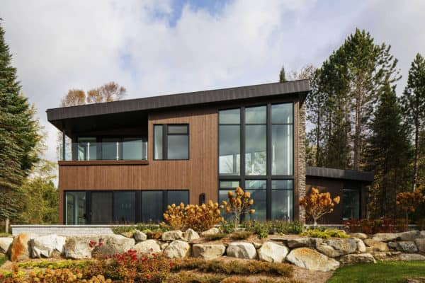 featured posts image for Breathtaking lakefront dream house in the Laurentian Mountains