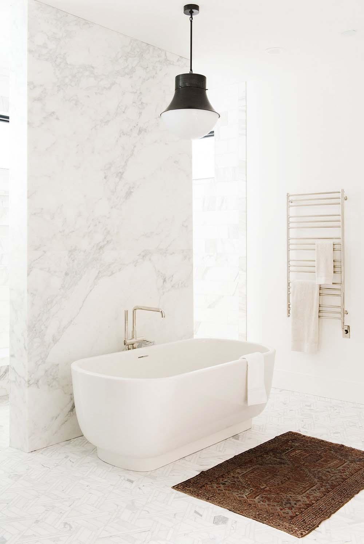 modern-lake-house-bathroom