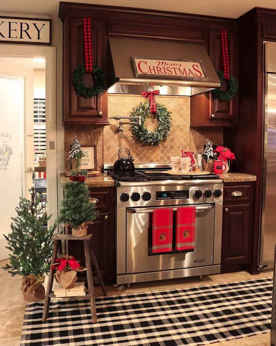rustic-farmhouse-kitchen-christmas-decorated