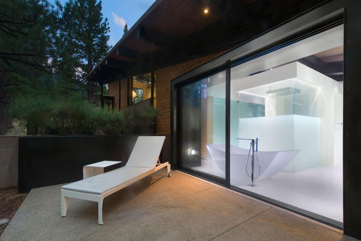 modern-master-suite-balcony