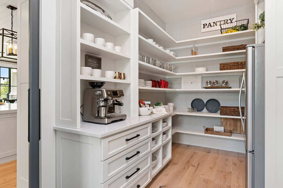 modern-mountain-kitchen-pantry