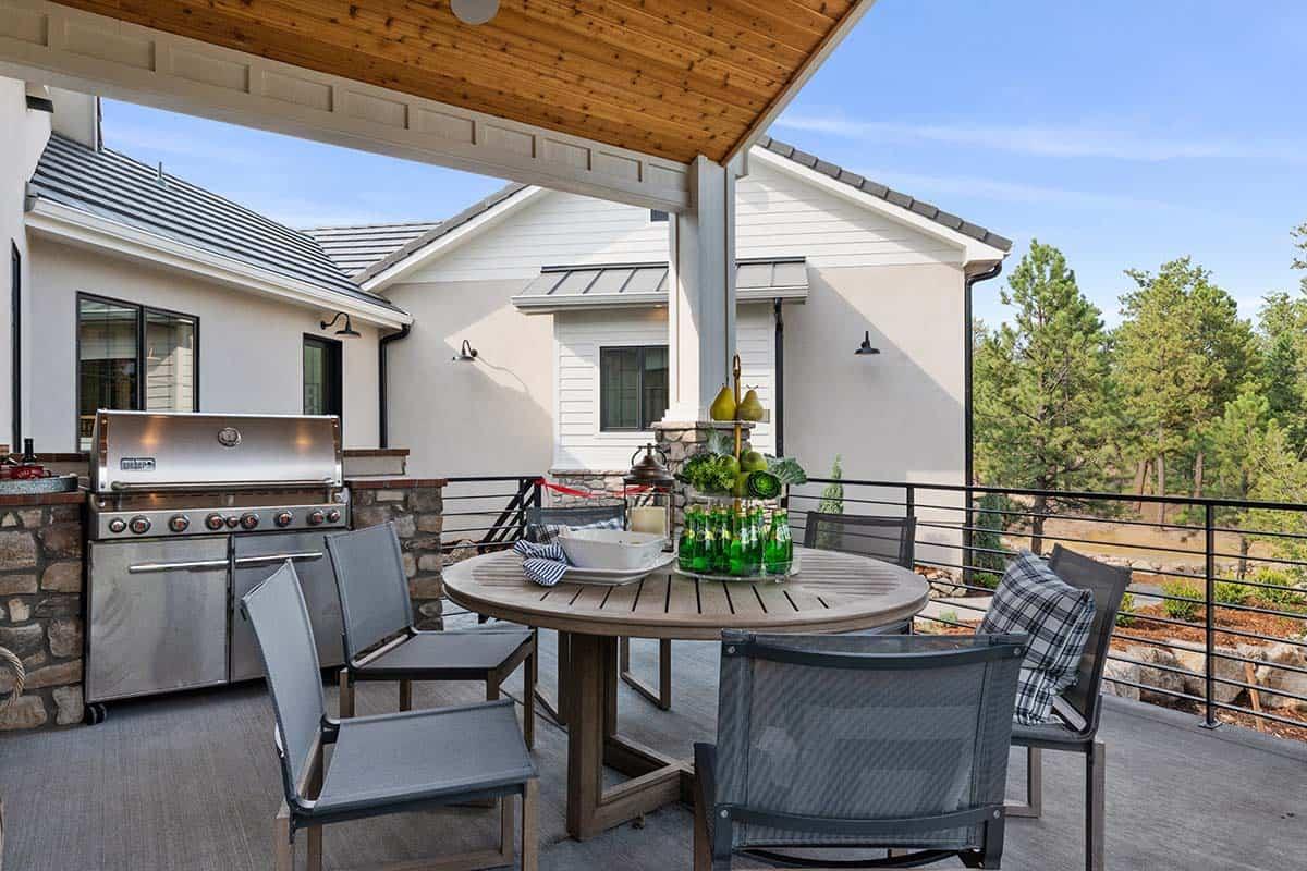 mountain-style-home-balcony