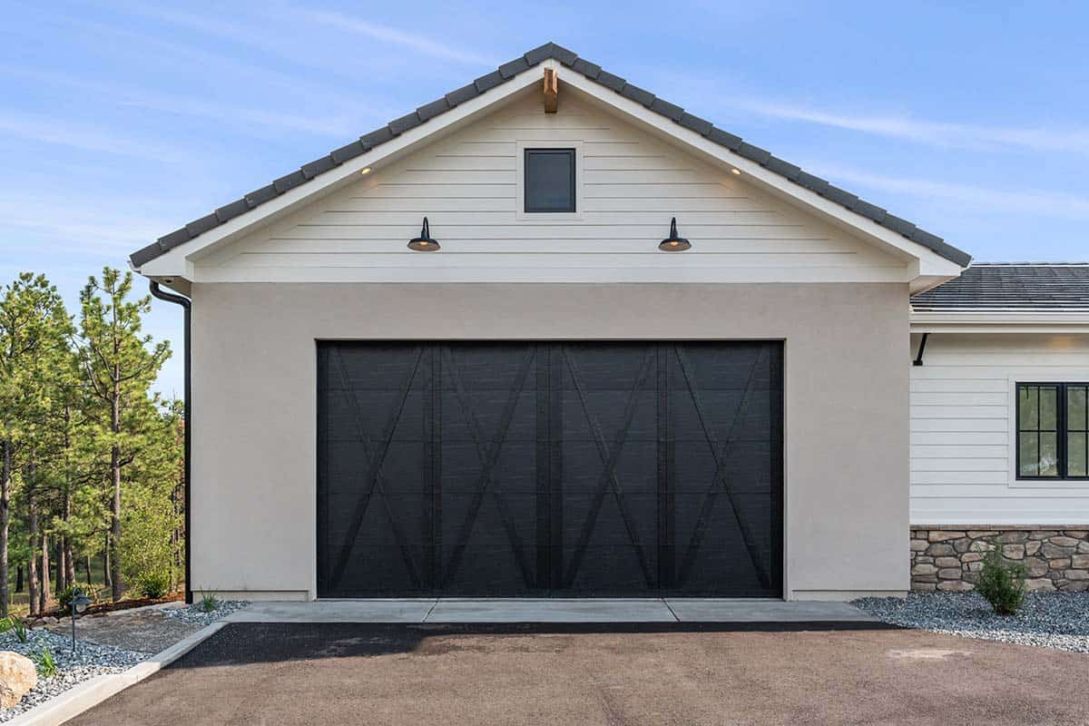 mountain-style-home-garage