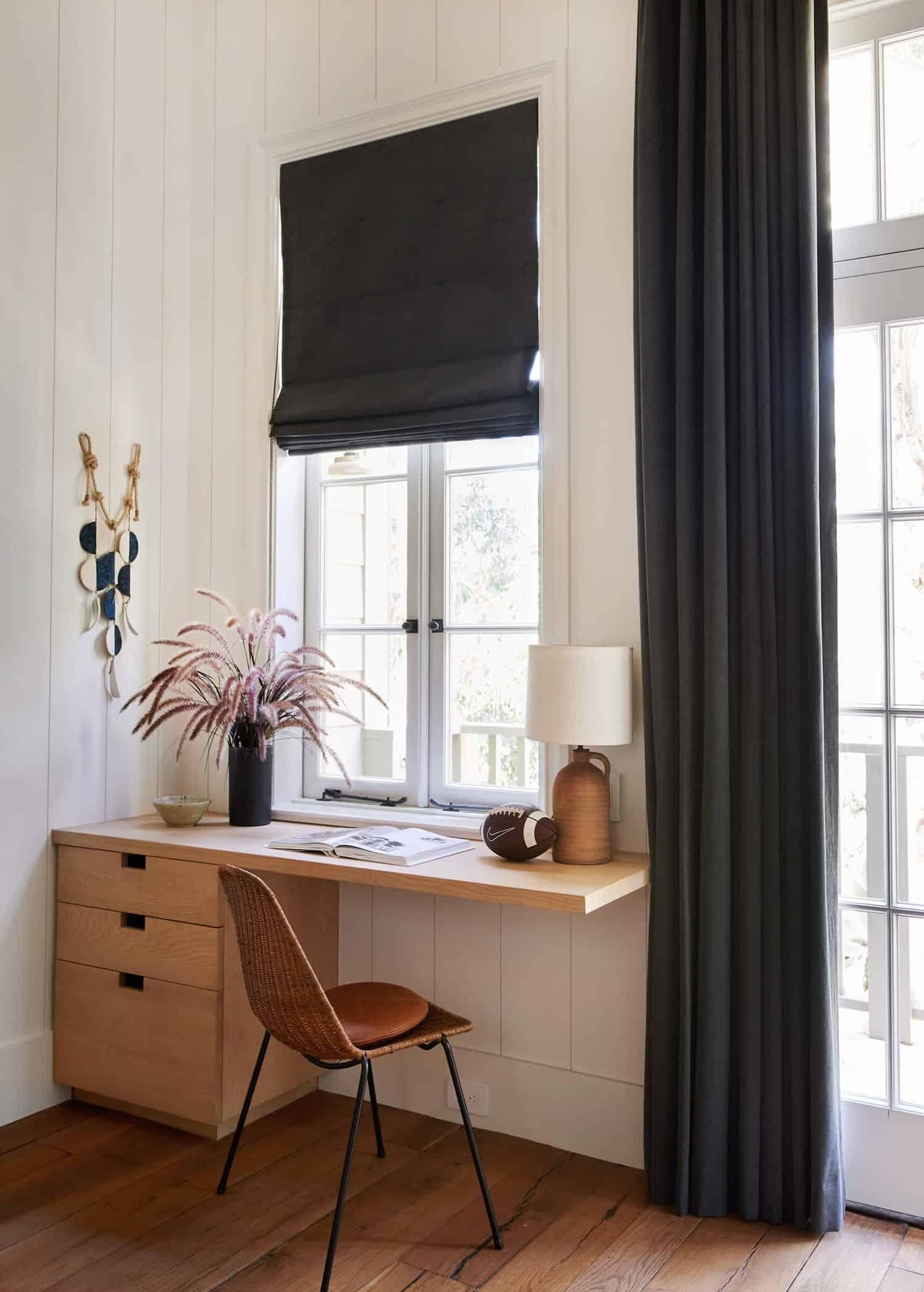 rustic-farmhouse-style-bunk-bedroom-desk