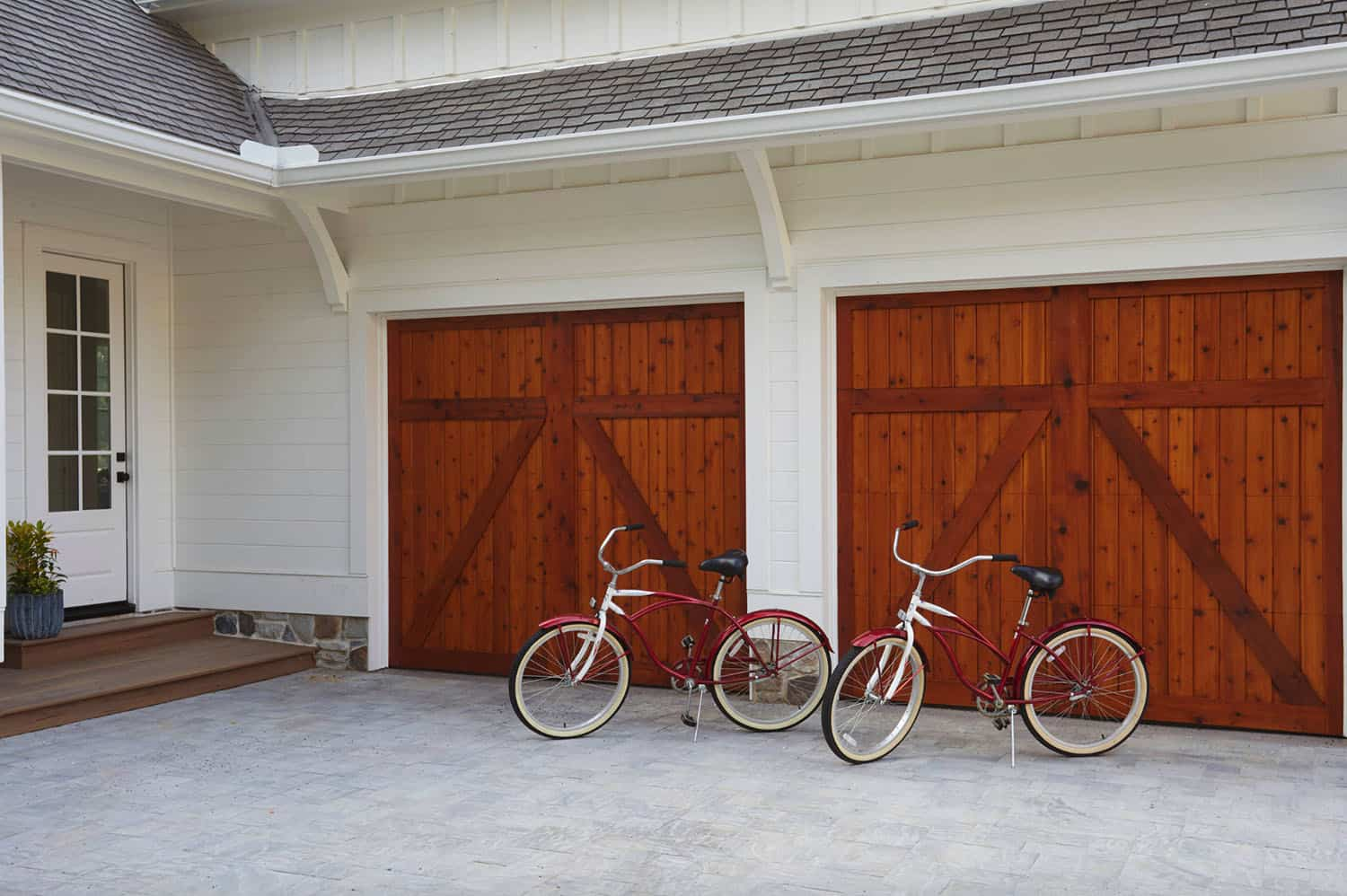 traditional-style-home-garage