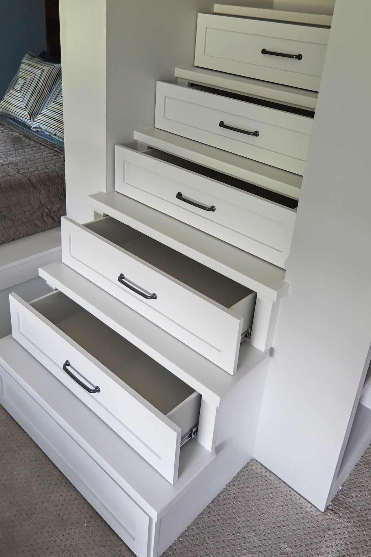 traditional-style-kids-bunk-bedroom-stair-detail