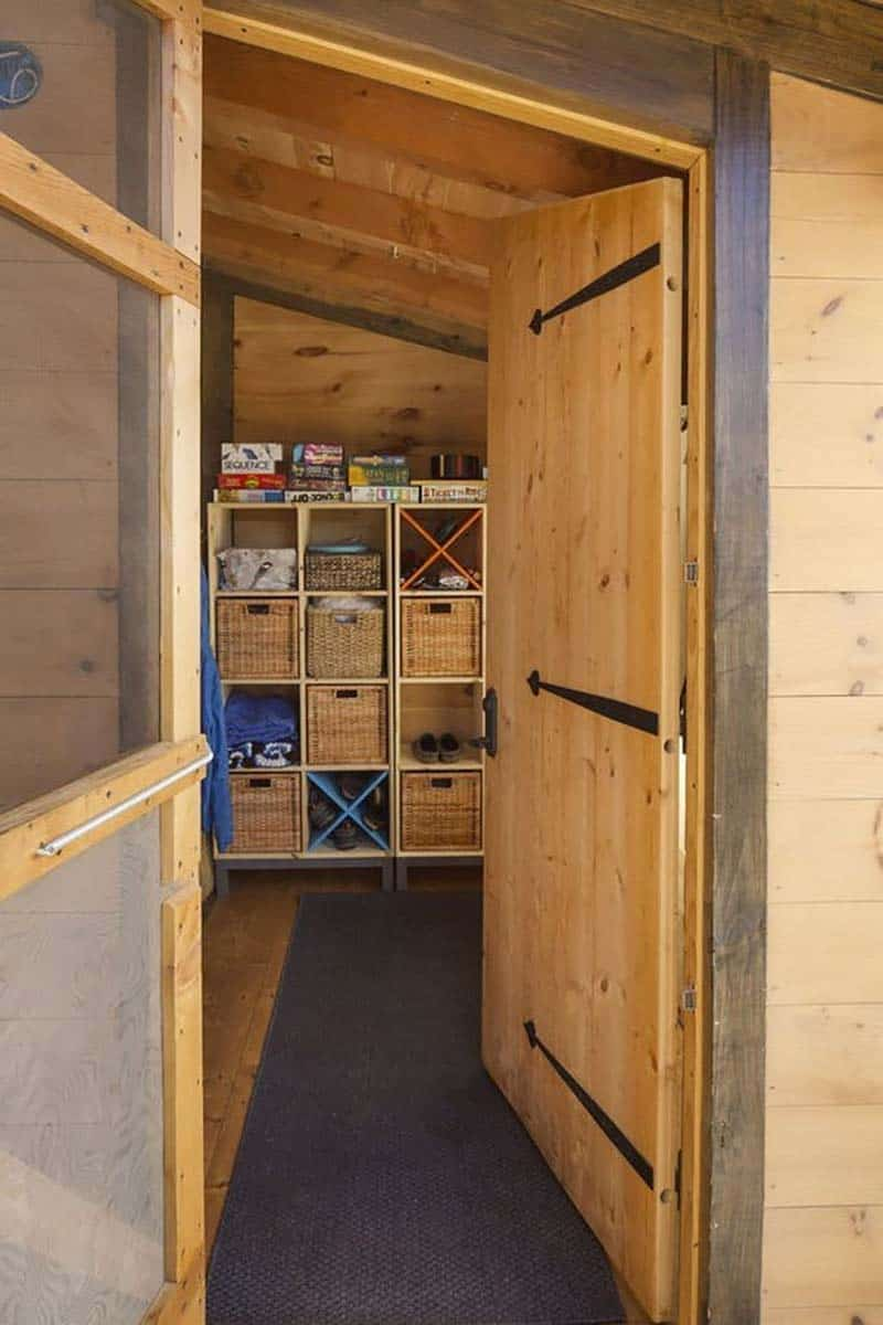 small-cabin-mudroom