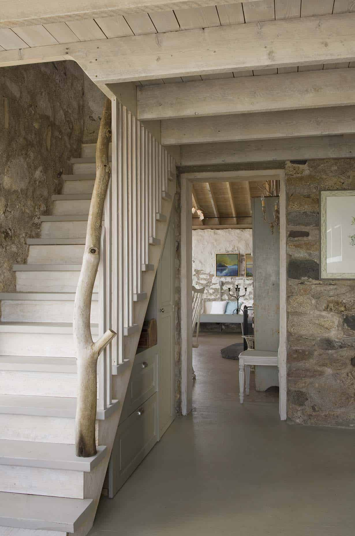 beach-style-cottage-staircase