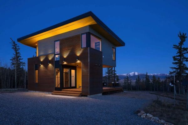 featured posts image for Compact shed house provides dramatic views of the Rocky Mountains