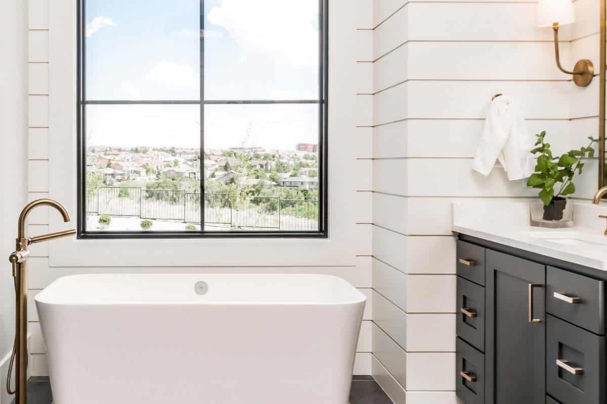 urban-farmhouse-bathroom-tub
