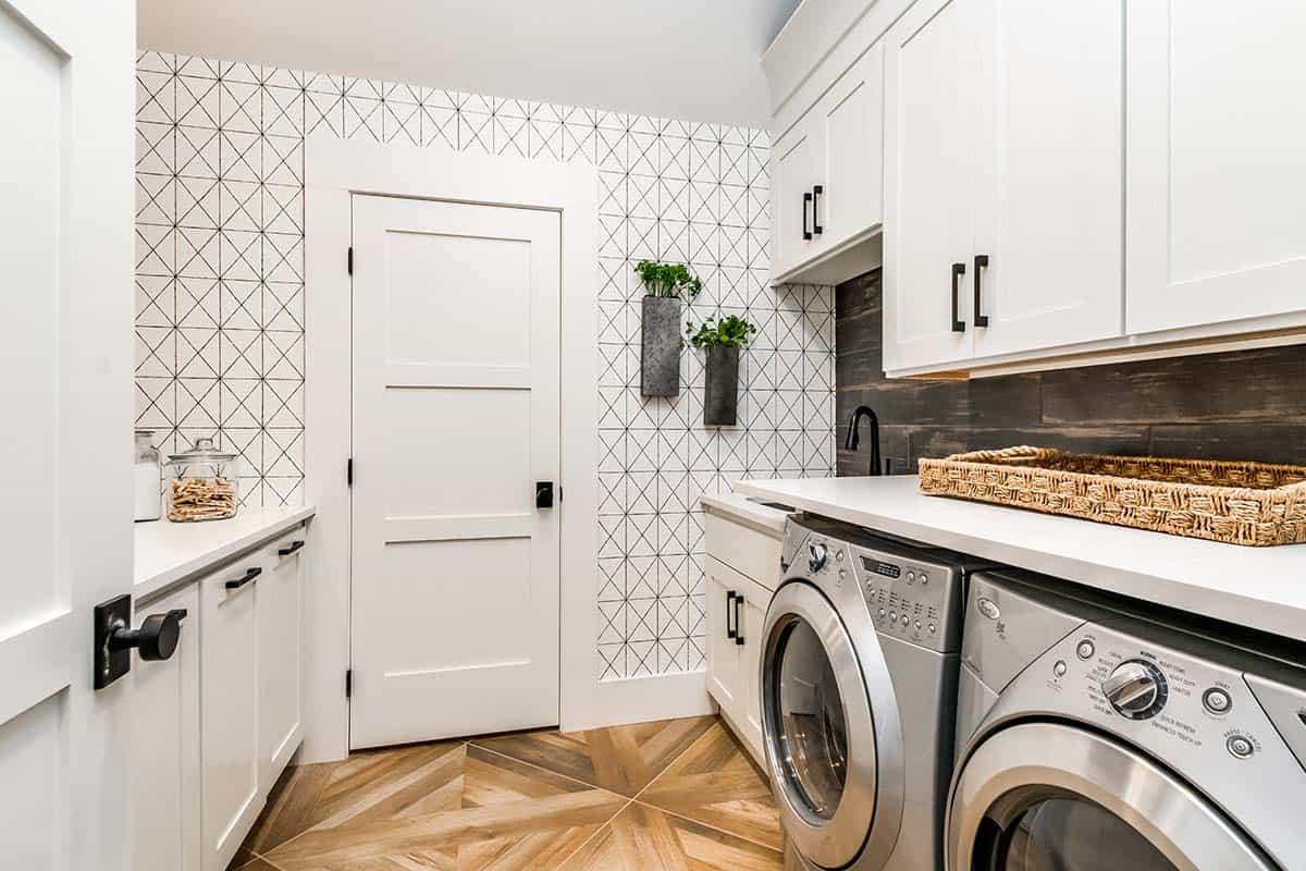 urban-farmhouse-laundry-room