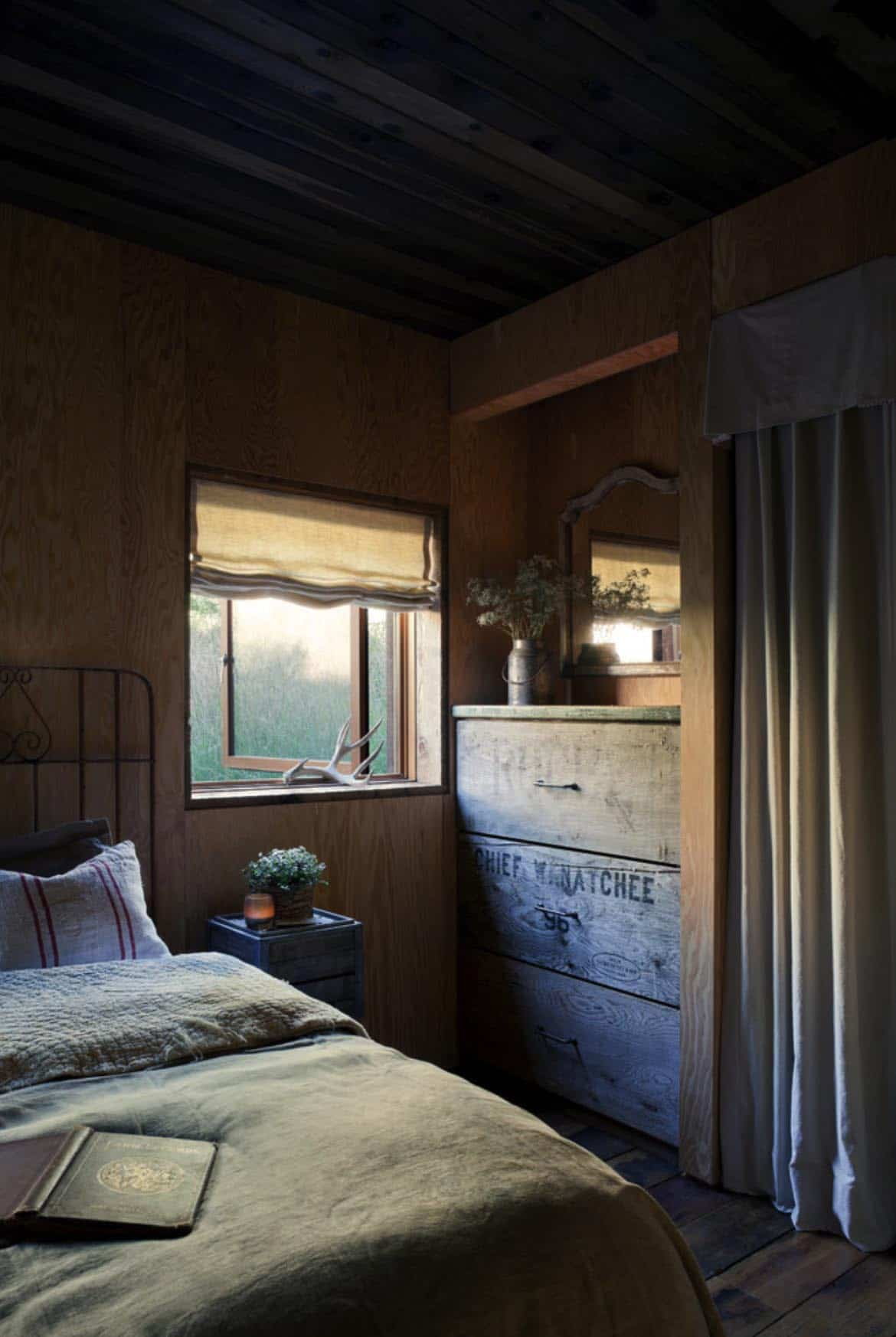 barn-rustic-bedroom