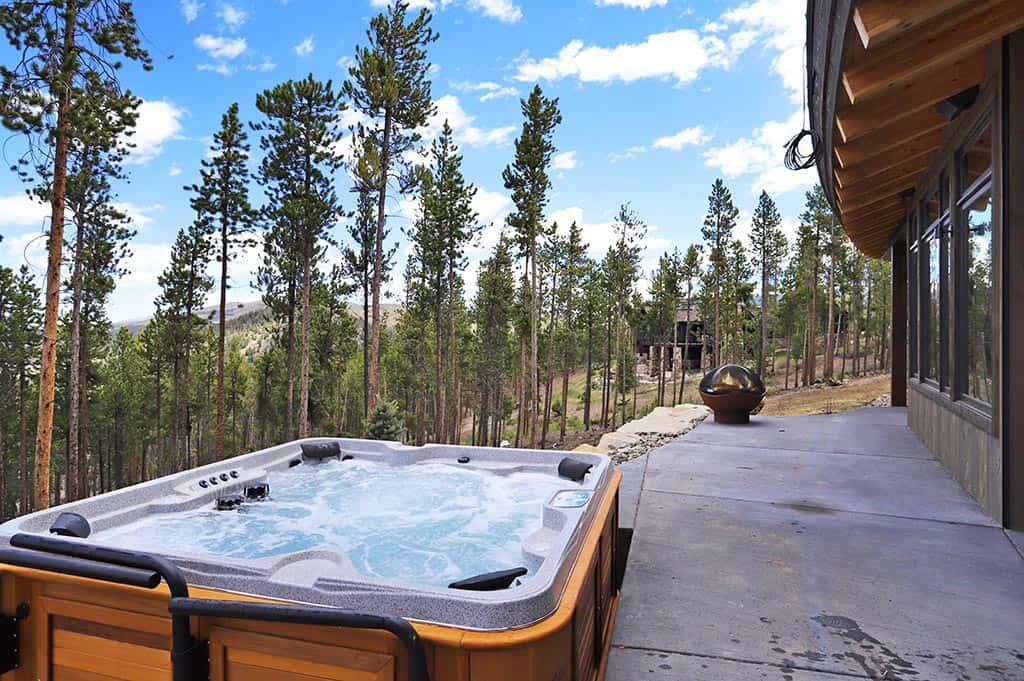 modern-mountain-deck-hot-tub