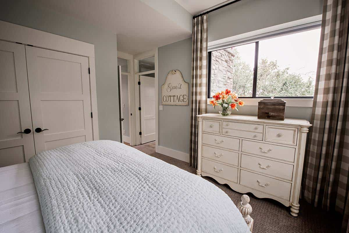 guest-cottage-contemporary-bedroom