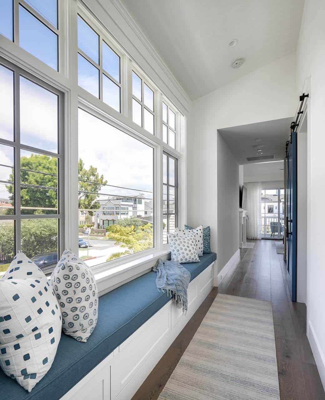 beach-style-hall-window-seat