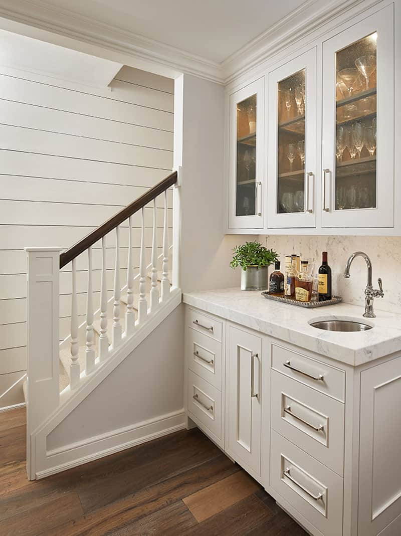 traditional-style-home-bar