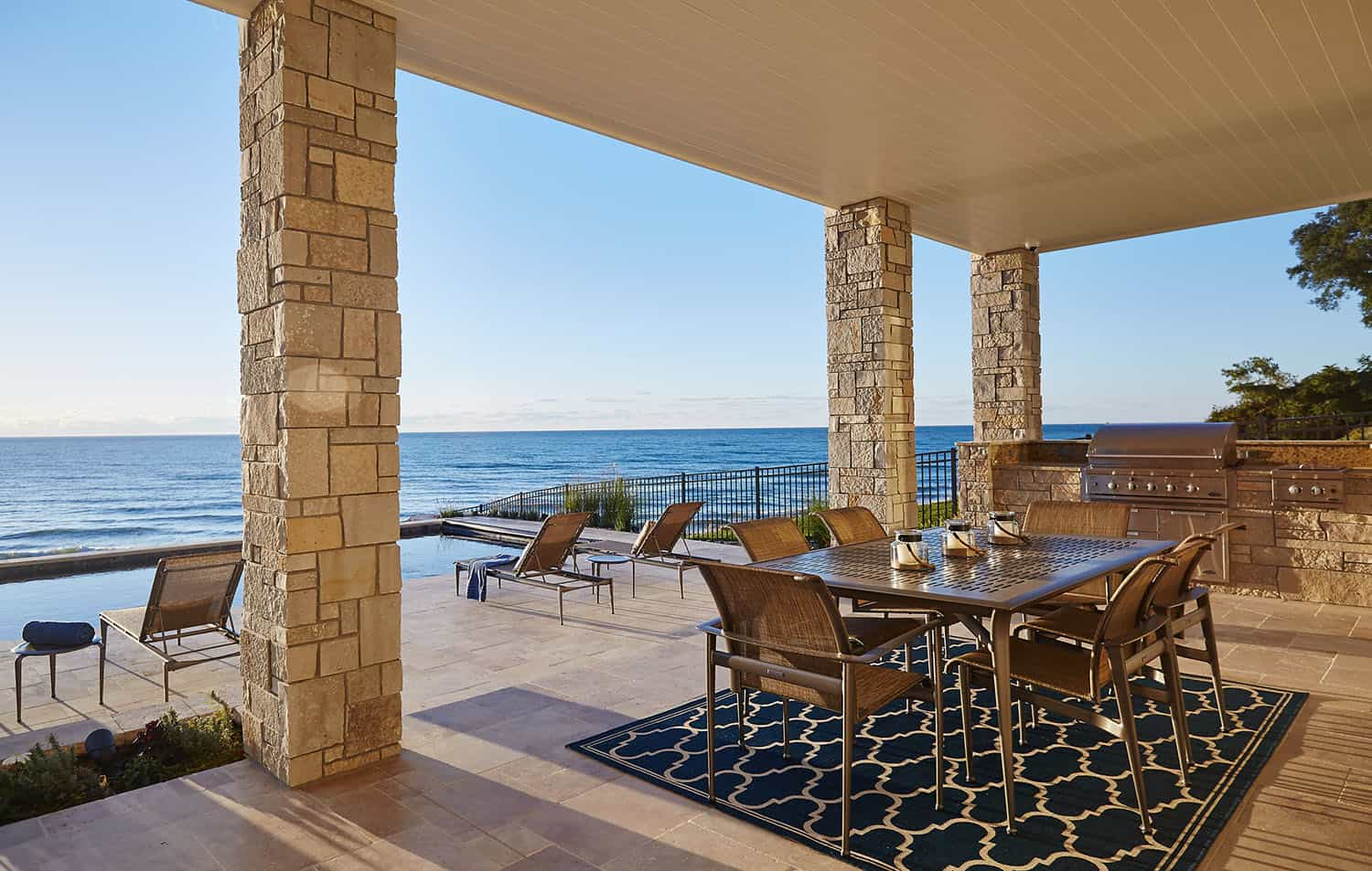 traditional-lakefront-patio