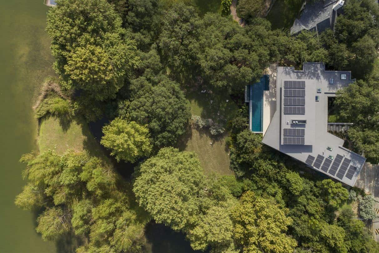contemporary-lake-house-landscape