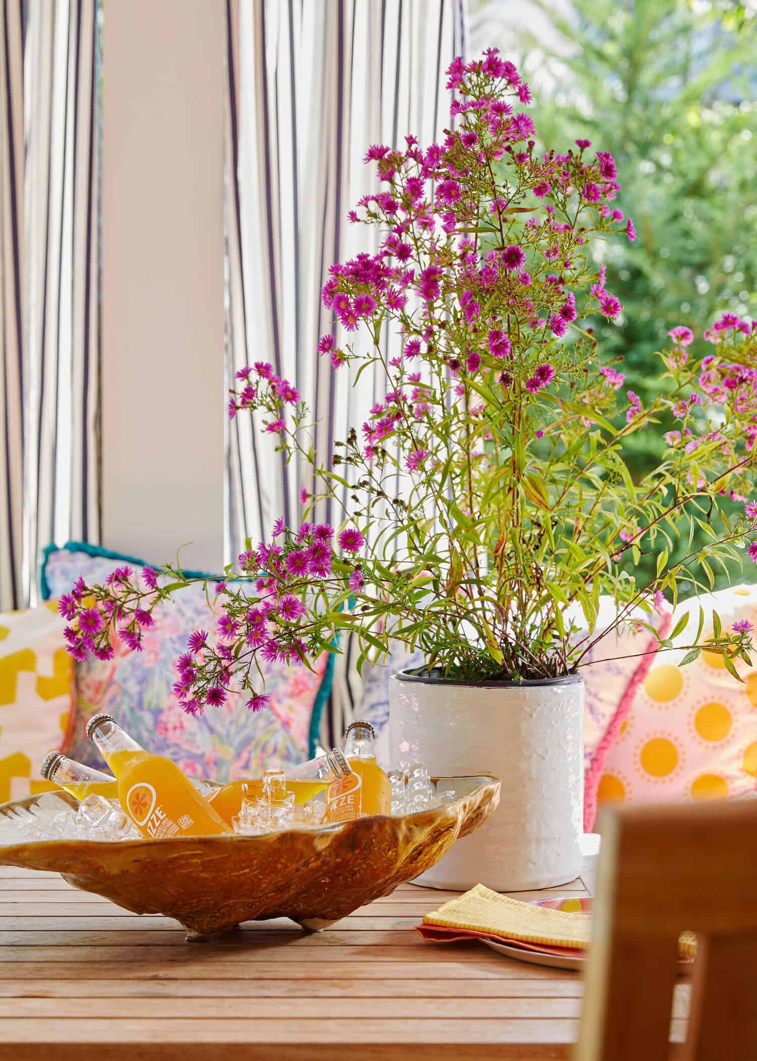 saltbox-house-patio-table-decor