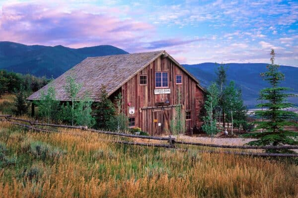 featured posts image for Modern-rustic barn structure offers an incredible retreat in Utah Mountains