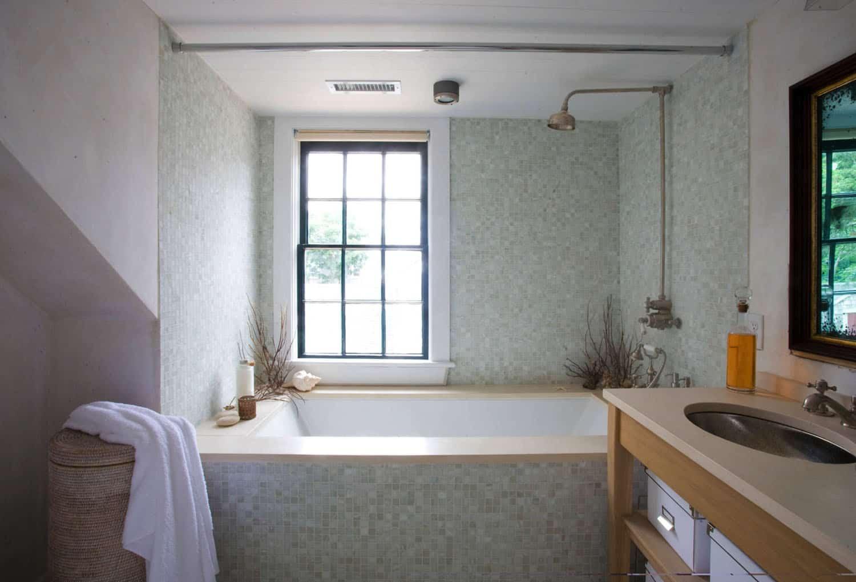 beach-style-timber-frame-house-bathroom
