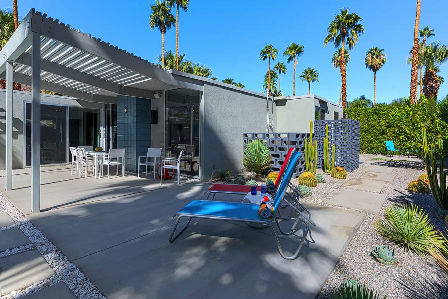 midcentury-patio-walkway-to-master