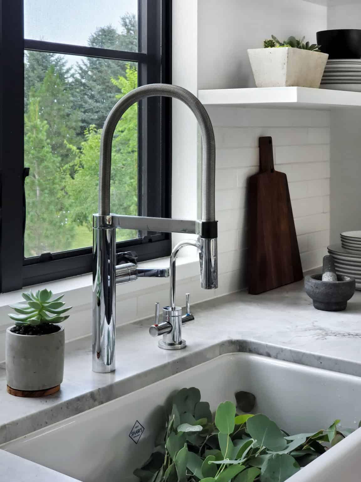 modern-farmhouse-kitchen-countertop-sink