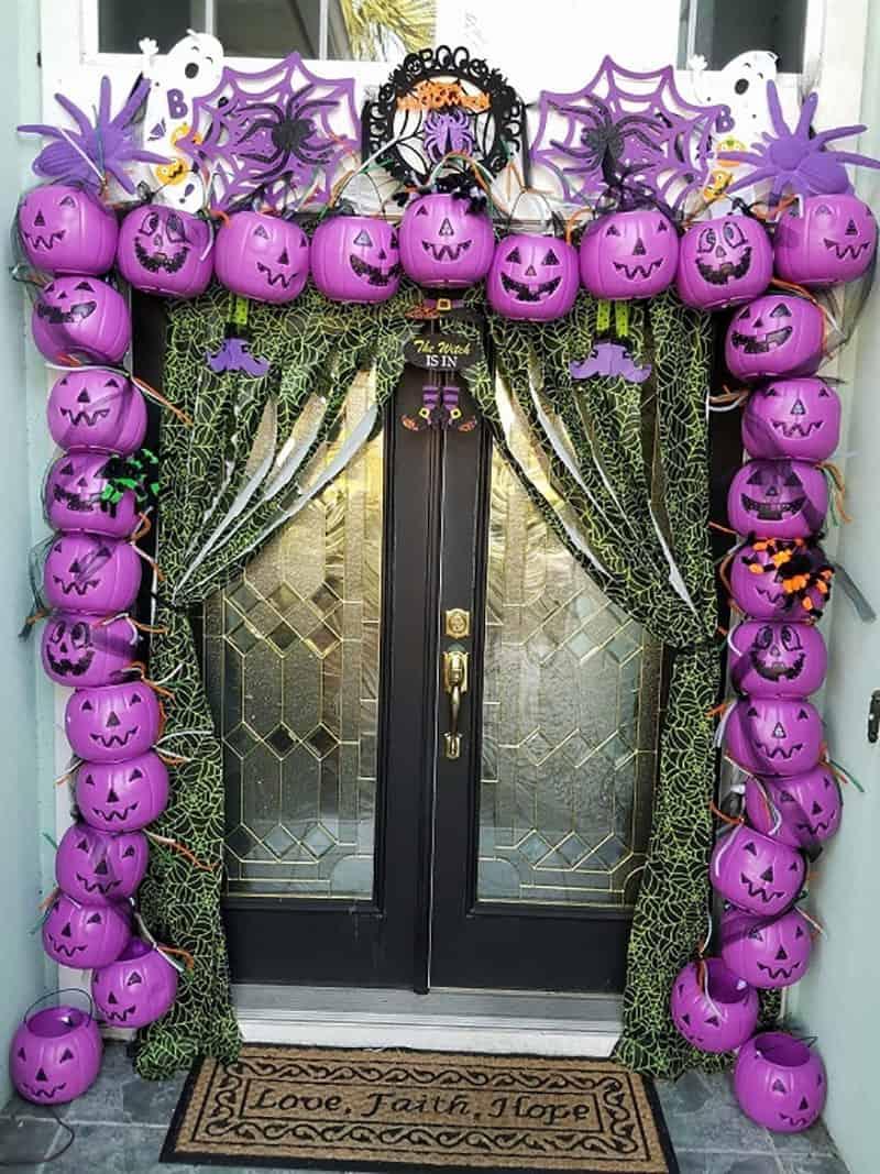 plastic-pumpkin-arch-entryway