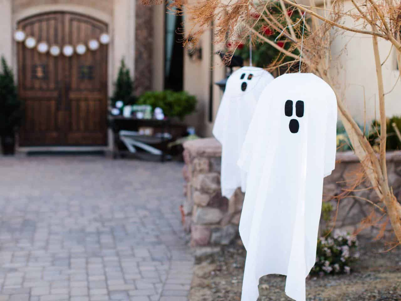 outdoor-halloween-decoration-hanging-ghosts-handmade