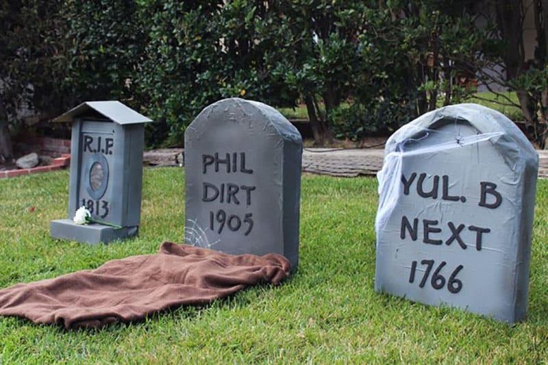 diy-cardboard-tombstone