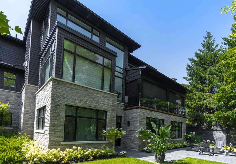 striking-modern-home-exterior-backyard