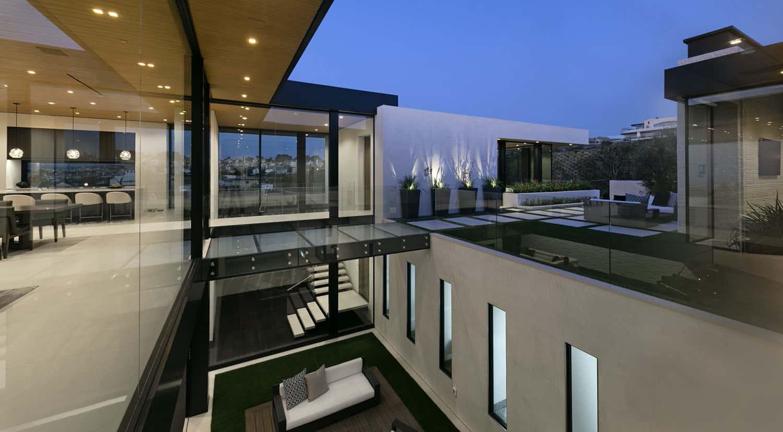 modern-beach-house-exterior-courtyard