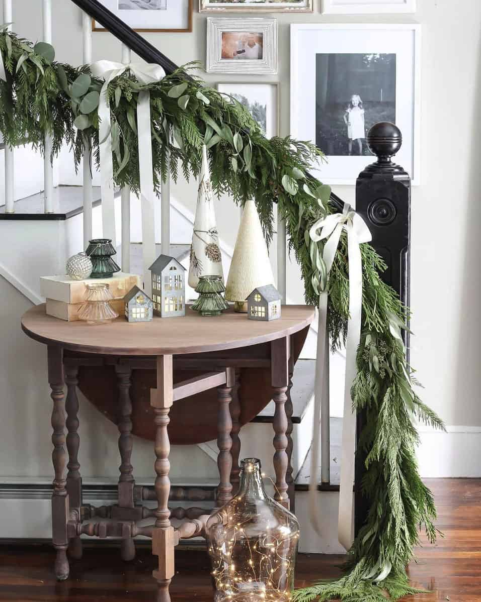 rustic-farmhouse-christmas-decorating-ideas-entry-staircase