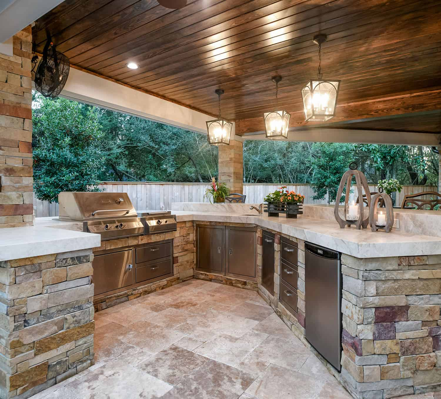 transitional-style-home-patio-outdoor-kitchen