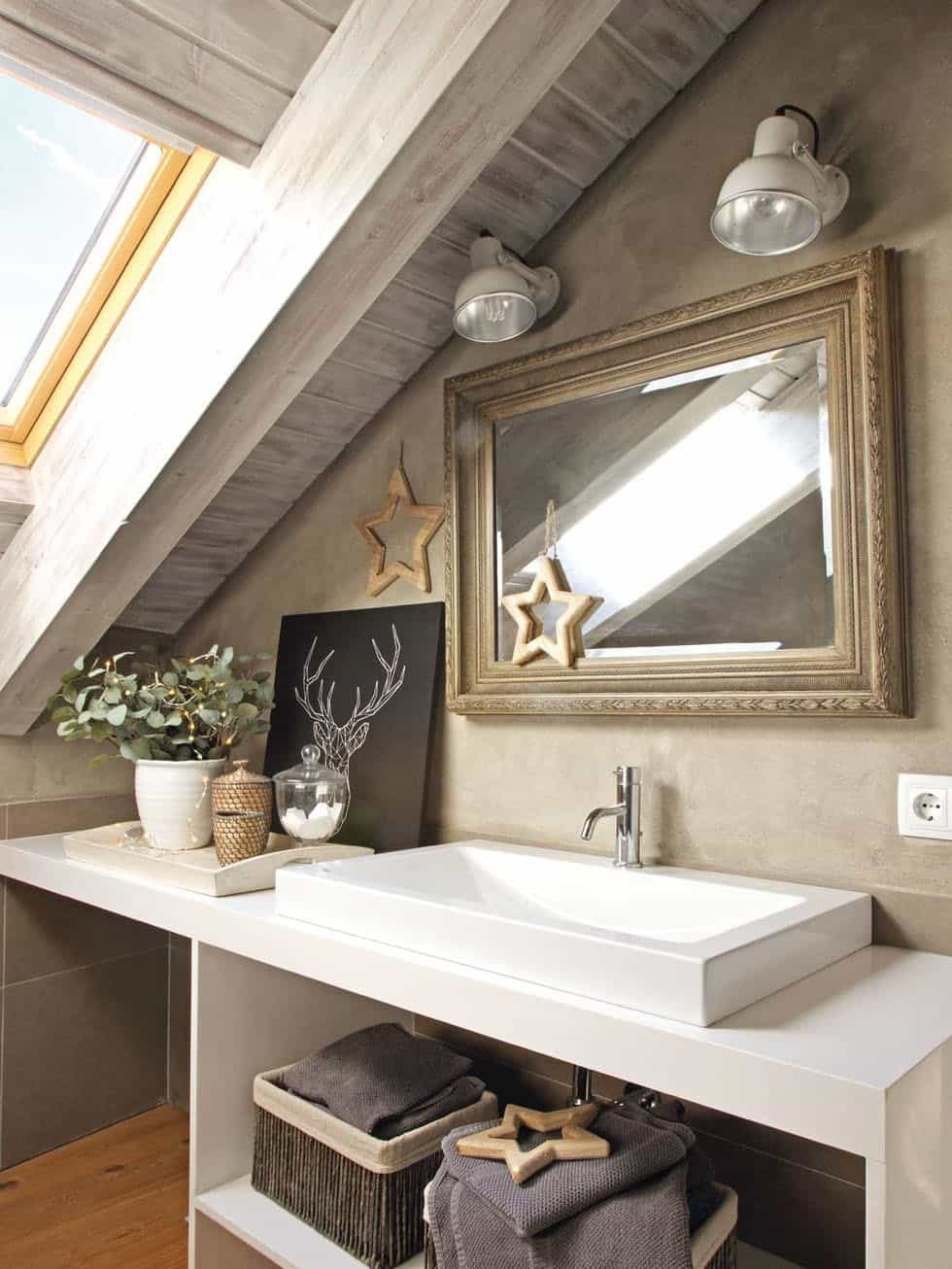 cozy-christmas-decorated-cabin-bathroom