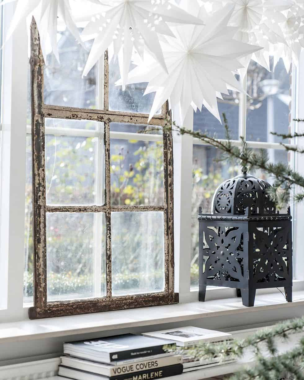cozy-family-chalet-christmas-decorated-living-room-window