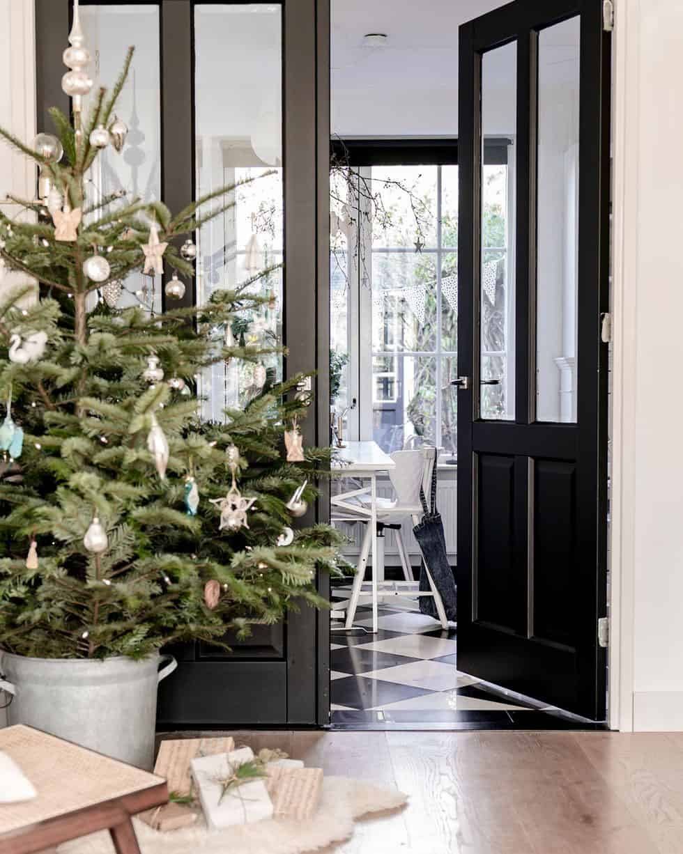 cozy-family-chalet-christmas-decorated-entry