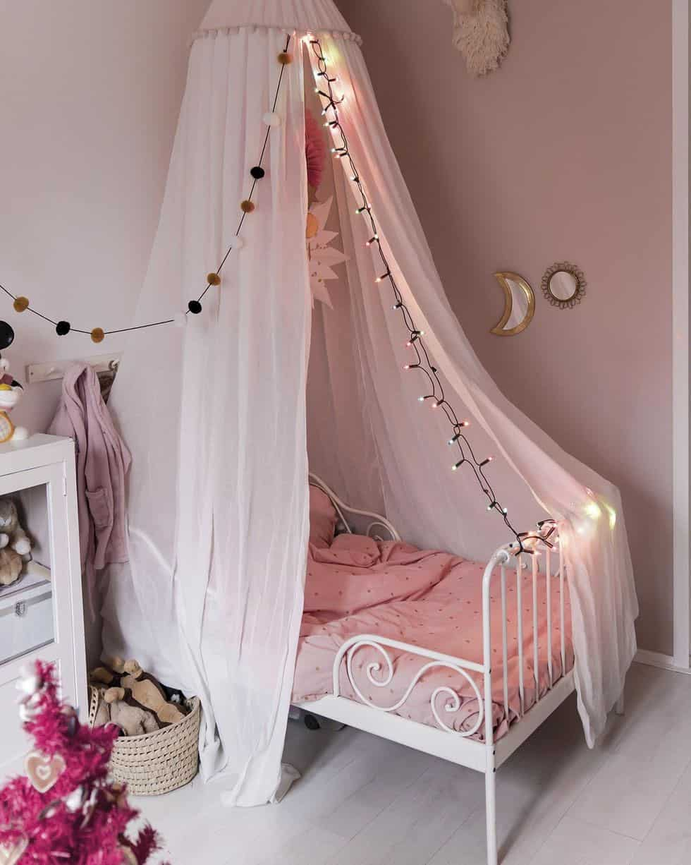 cozy-family-chalet-christmas-decorated-kids-bedroom