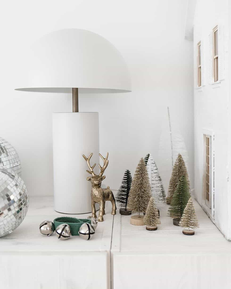 cozy-family-chalet-christmas-decorated-shelf