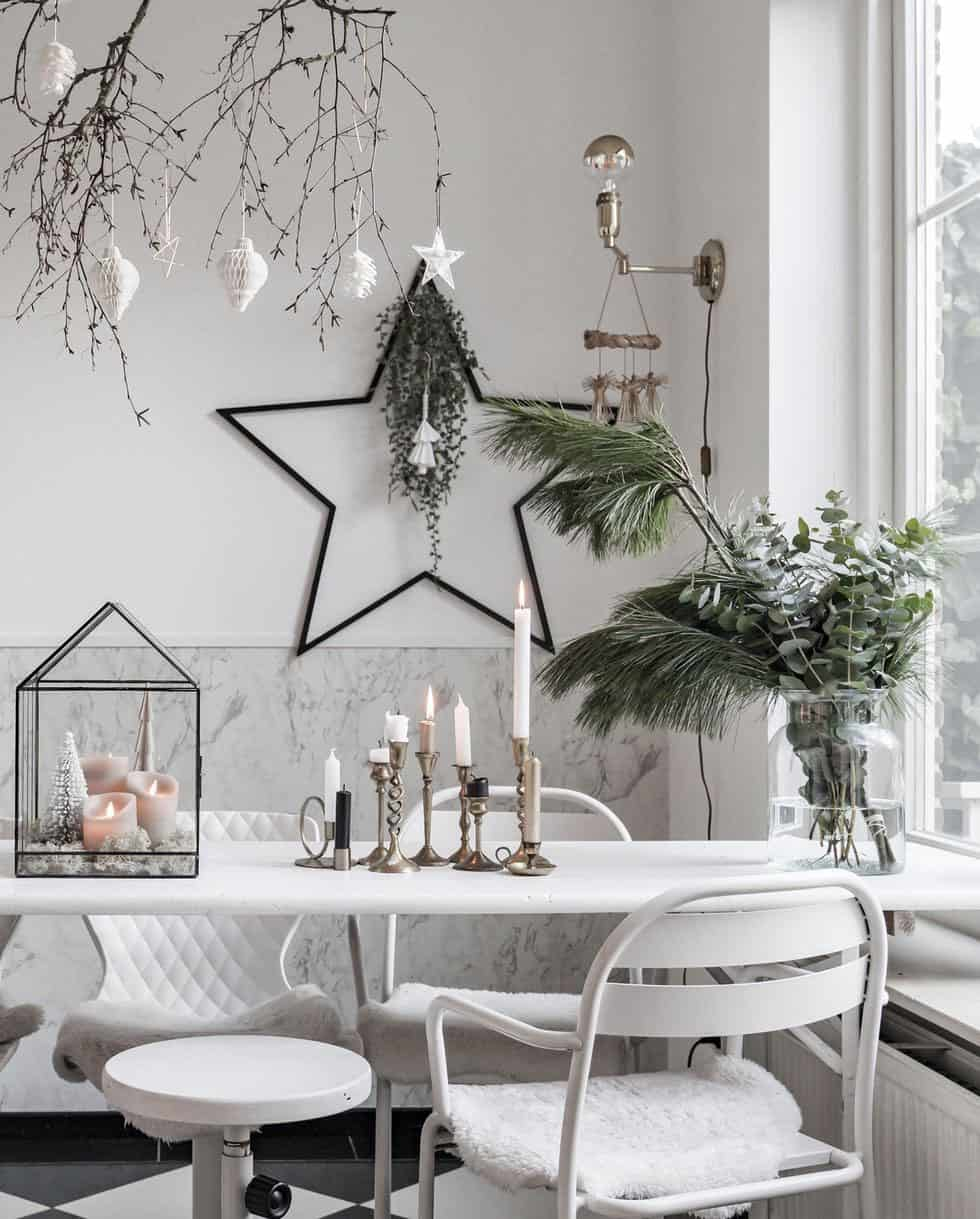 cozy-family-chalet-christmas-decorated-dining-room