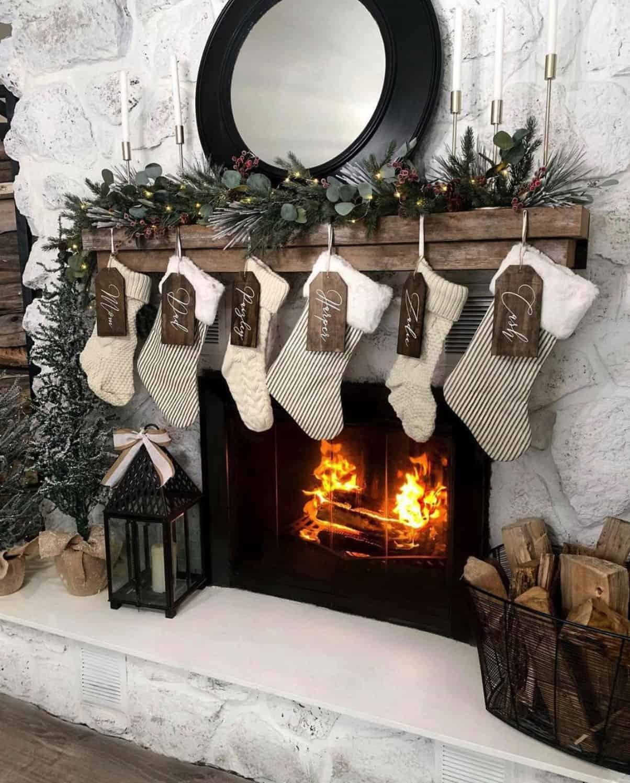 holiday-decor-ideas-fireplace-stockings
