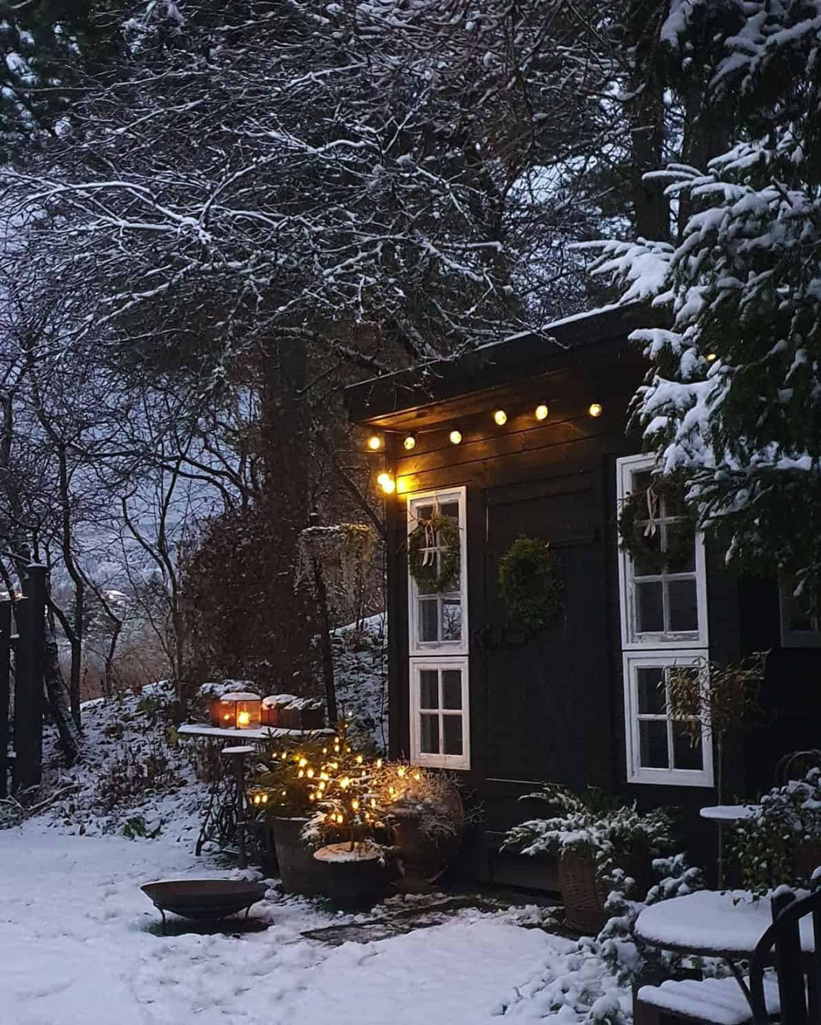 holiday-decor-ideas-outdoor-shed