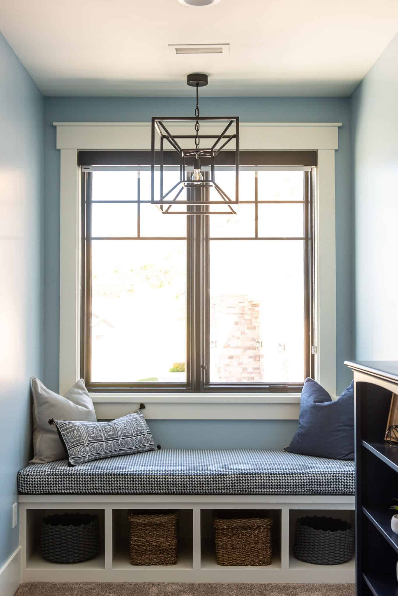 modern-farmhouse-style-bedroom-window-seat
